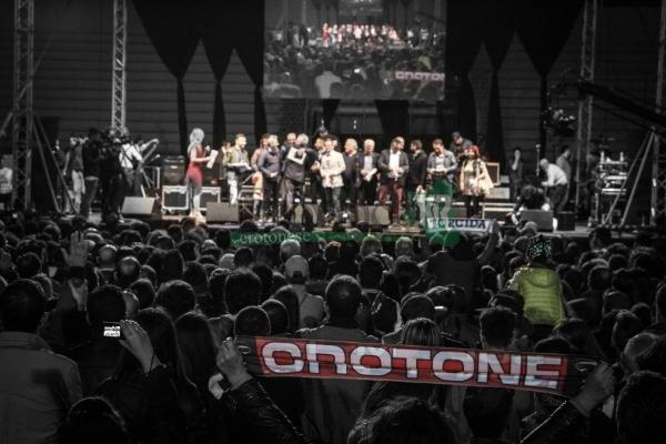 crotone-calcio-festeggiamenti-serie-a-3443D436FA-A348-1F24-4E40-65016DE4E8CD.jpg
