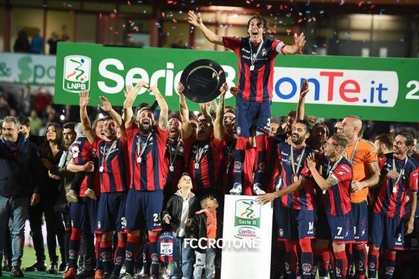 crotone-calcio-festeggiamenti-serie-a-4163D27439-D732-5139-01FF-DA899AA452E8.jpg