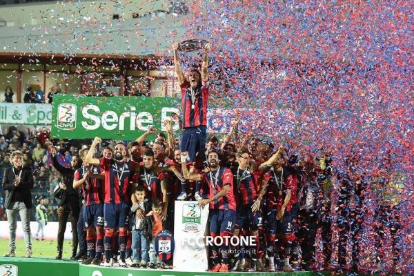crotone-calcio-festeggiamenti-serie-a-422B0E6234-95A7-3A99-AC7A-09000ABF6C2A.jpg